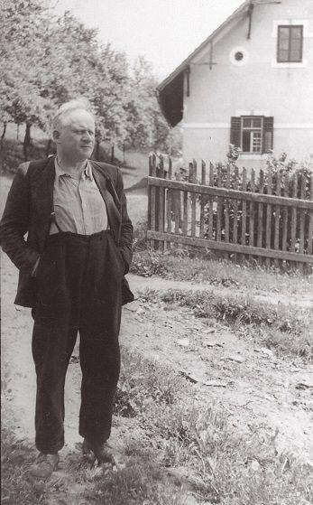 Portret Voranca pred domačo hišo