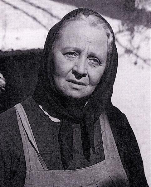 Mileva Zakrajšek v vlogi Angelce Gradnik v filmu Na svoji zemlji